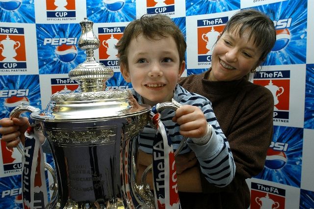 Children with FA cup9-5818